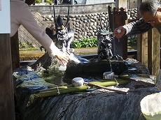 石倉町の延命地蔵の水。順番守れで怪しい雰囲気…