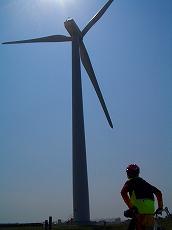 帰路は海沿い。でっかい風車。
