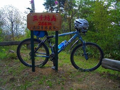 舗装林道を横切り山頂へ。逆コースだと乗車率は80%以上は行くだろう。