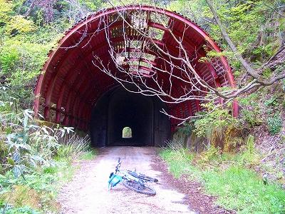 なんと、旧津々良トンネル前に出た。約30年振りカモ。