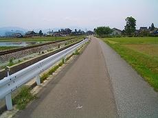 砺波街道。旧千保川の右岸道。