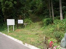 小久米から臼が峰への道。階段になってしまった。