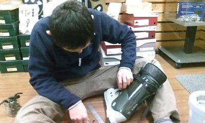 ブーツ加工中
