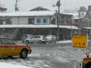 09011212青島・駅から見た店舗