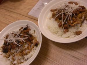 09010619燵家製麺・㊧チャーシュー飯 250円 ㊨もつまんま 300円