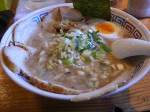 09012514ハンドラ・醤油豚骨チャーシュー(ゴッテリ) 900円