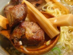 09030114らいけん・焼き豚らぁ麺 焼き豚&メンマアップ