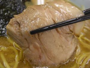 09041704山岡家倉賀野店・醤油ネギチャーシュー麺 チャーシューアップ