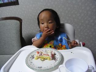 ケーキほおばる