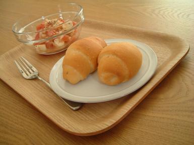 ロールパンとトマトとクリームチーズのサラダ♪