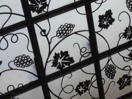 玄関のガラスと鐵のキャノピー