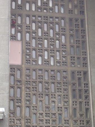 正面の窓の細工