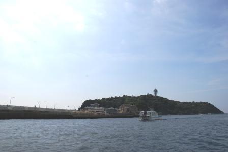 船で江ノ島の裏へ