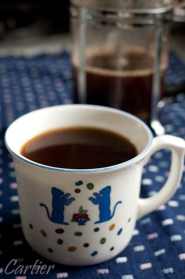 カルティエのマグカップでコーヒーを