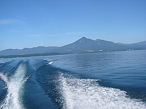 快晴の湖上から磐梯山