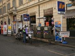 街中のガソリンスタンド