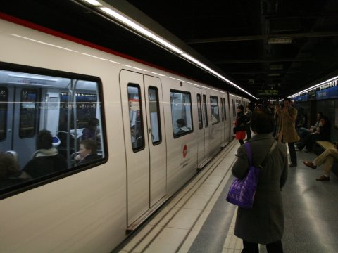 バルセロナ地下鉄、キレイ!