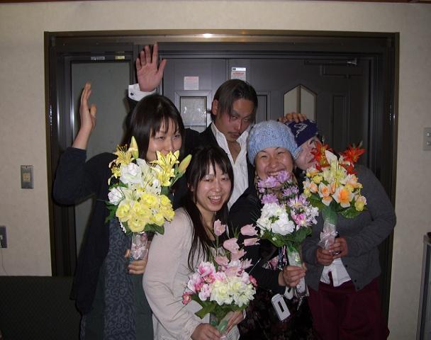 誕生日のみんなに花束をプレゼントしました。作成者はテルッチさん。サンキュー!!