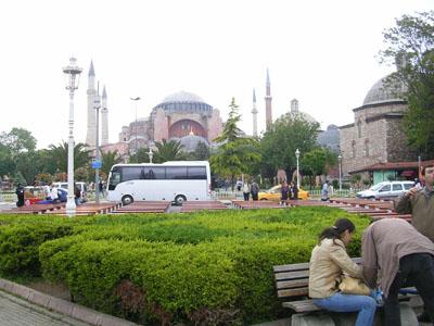 080505ブルーモスクとアヤソフィアの中間の広場 (2)