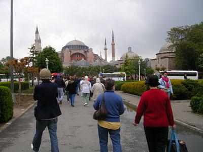 080505ブルーモスクとアヤソフィアの中間の広場 (1)