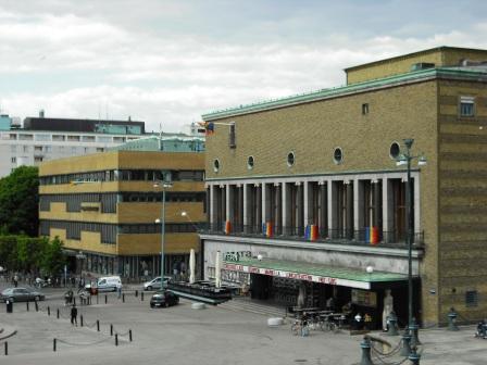 レインボー・フラッグな市立劇場(手前)と市立図書館(奥)