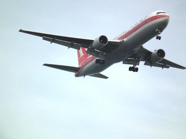 城南島海浜公園 頭上を飛ぶ飛行機を撮る(2)