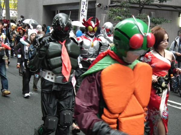 川崎ハロウィン2011 平和通り商店街を歩く仮装パレード参加者達