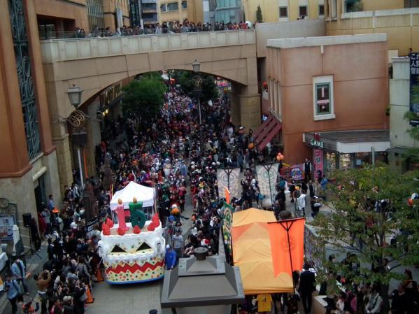 川崎ハロウィン2011 ゴールのチネチッタに到着した仮装パレード参加者達
