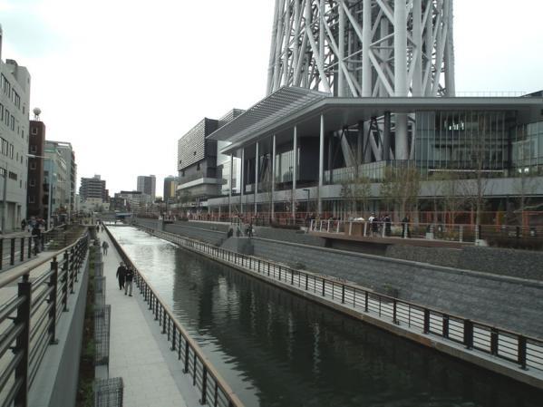 東京スカイツリーそばの川には遊歩道が出来ていました