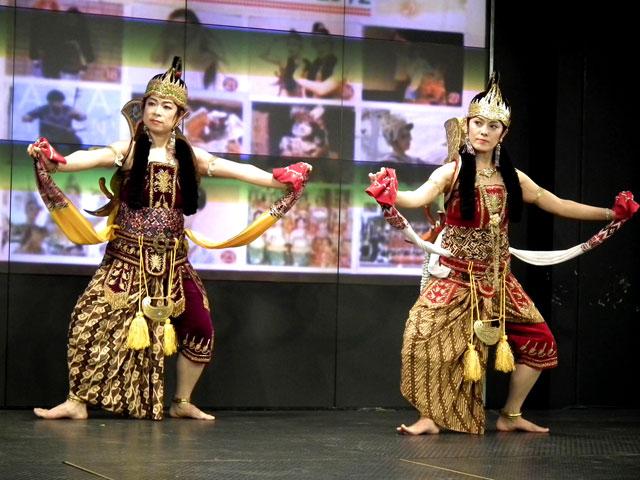 インドネシアのガメラン音楽をBGMに、民族衣装を着た二人の女性の踊り