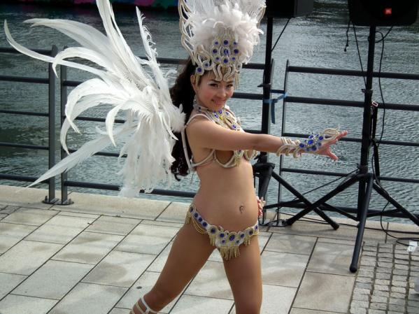 ヨコハマ大道芸 「エスコーラ・ヂ・サンバ・サウーヂ」の踊り(2)