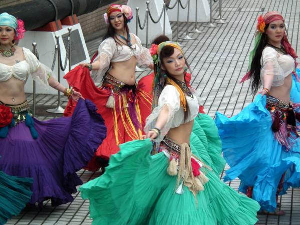 ヨコハマ大道芸「アルカマラーニ・オリエンタルダンスカンパニー」の踊り(1)