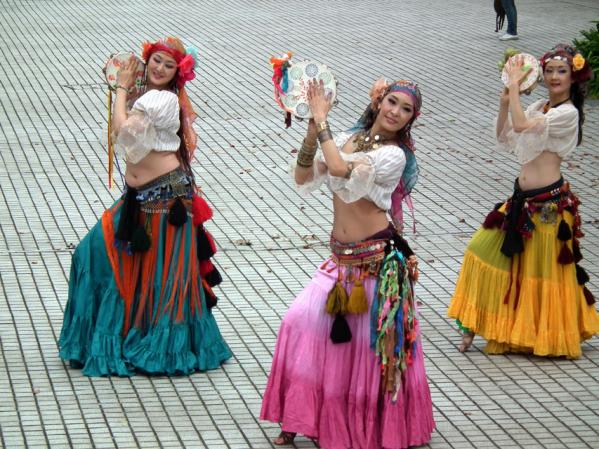 ヨコハマ大道芸「アルカマラーニ・オリエンタルダンスカンパニー」の踊り(2)