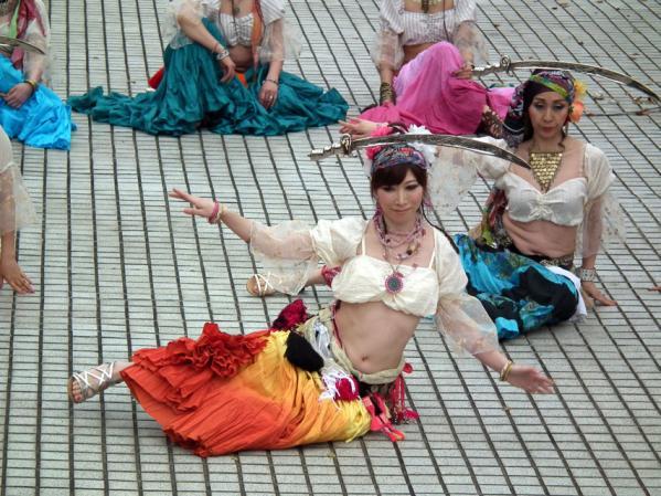 ヨコハマ大道芸「アルカマラーニ・オリエンタルダンスカンパニー」の踊り(3)