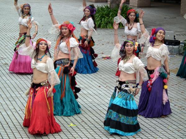 ヨコハマ大道芸「アルカマラーニ・オリエンタルダンスカンパニー」の踊り(4)