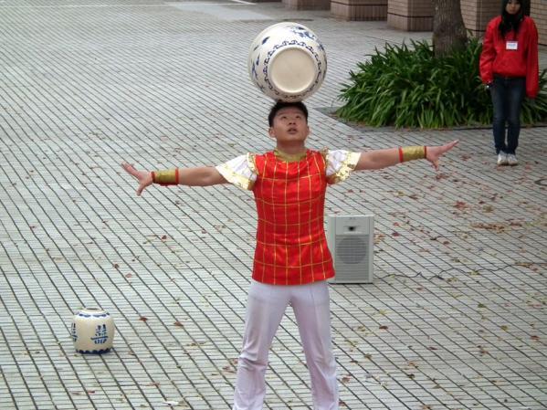 ヨコハマ大道芸「中国雑技団の演舞」(1)