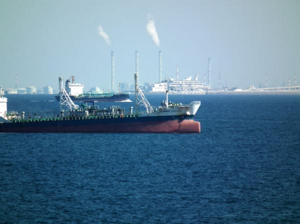 航行する大型船の後方に「海ほたる」が見える