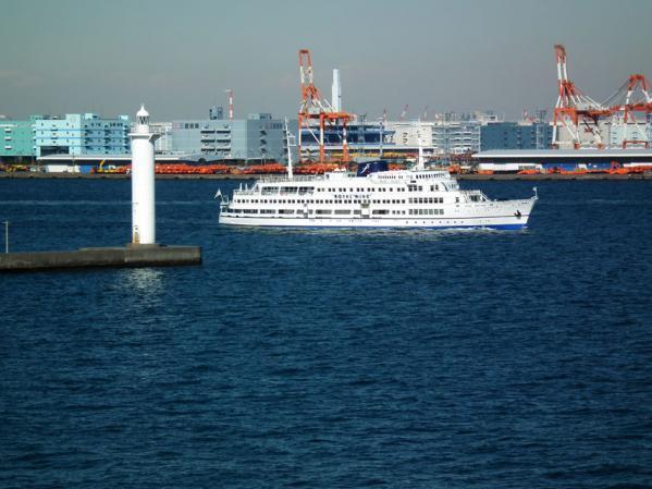 横浜港を出る観光船「ロイヤル・ウィング」