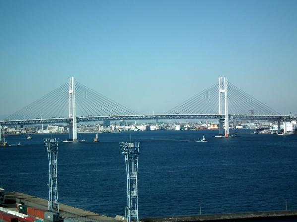横浜港シンボルタワー展望台から見た横浜ベイブリッジ