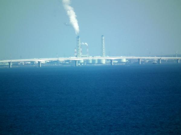 東京湾アクアラインの橋と千葉の工場群
