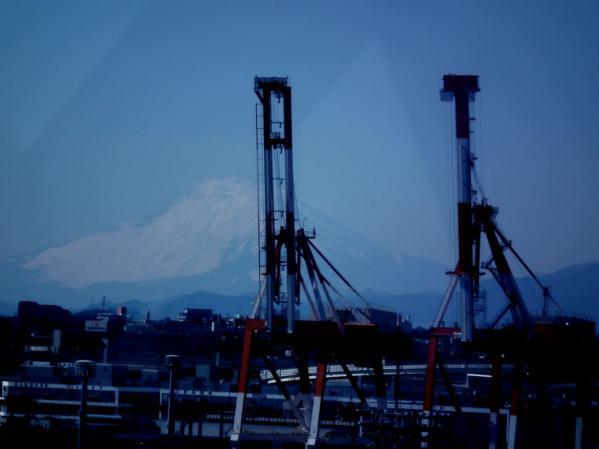 横浜港シンボルタワー展望台から見た富士山