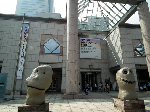 ヨコハマトリエンナーレ 横浜美術館前の像(1)