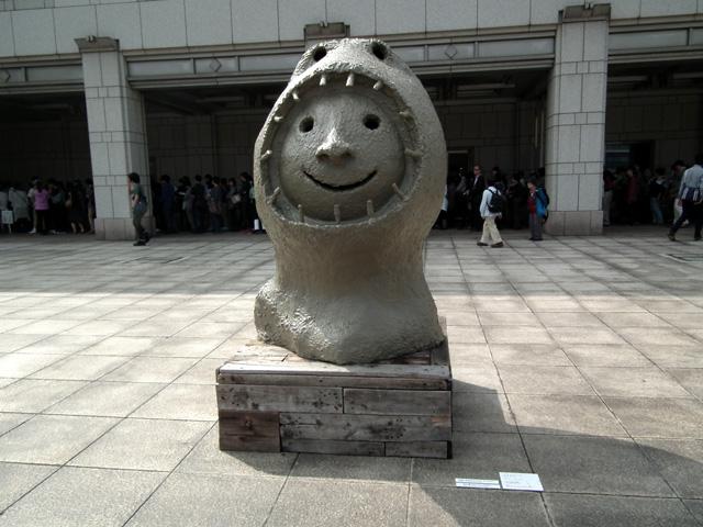 ヨコハマトリエンナーレ 横浜美術館前の像(2)