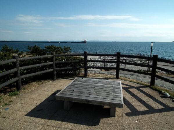東扇島西公園の東側展望台。東京湾がしっかりと見えました