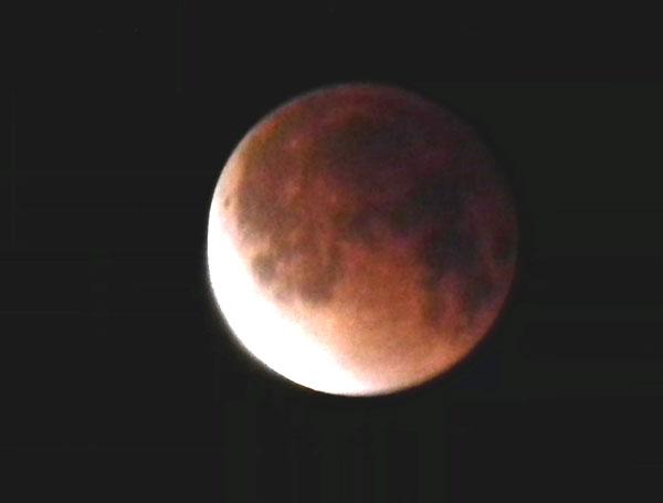 皆既月食が終わり、一部が普段の明かりを取り戻し始めた状態