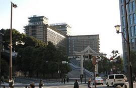 鳥居とホテル