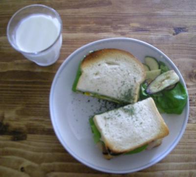 具たっぷりサンドイッチとミルク 2008.7.12