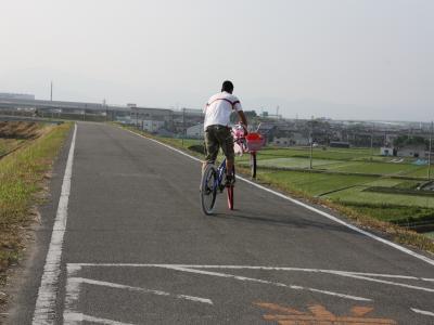 0614自転車かついで自転車に…