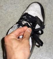 靴紐が…!
