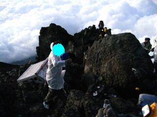 ご来光を待つ、登山客達